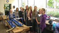 Weiterlesen: Schülerinnen bauen Zieleinlauf fürs Entenrennen